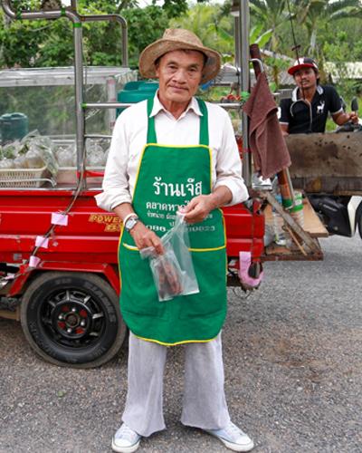 ลุงอำไพ   อดีตผู้ใหญ่บ้านสู่พ่อค้าขายส้มตำอารมณ์ดีบนรถตุ๊กตุ๊ก