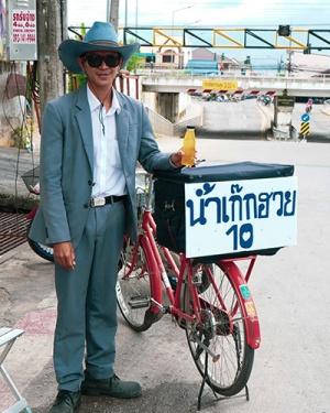 เก่ง | ชายหนุ่มหาดใหญ่วัย 27 ปี ไอเดียความคิดแบบใหม่ปั่นจักรยานขายน้ำเก๊กฮวยใส่สูท
