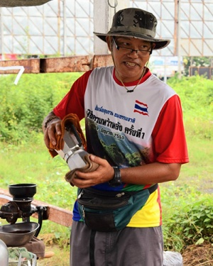 ลุงโชค | จากพนักงานบริษัทเอกชนสู่เฮียโชคกาแฟสด หารายได้สมทบทุนซ่อมจักรยานเด็ก ๆ ในชนบท